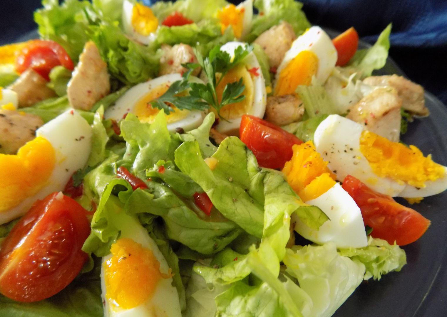 Listový salát s teplým kuřecím masem a vejci recept