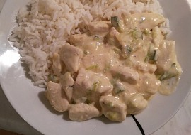 Pikantní kuřecí nudličky s cuketou a rýží recept