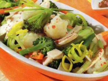 Brokolicový salát s pórkem a krůtími uzenými prsíčky