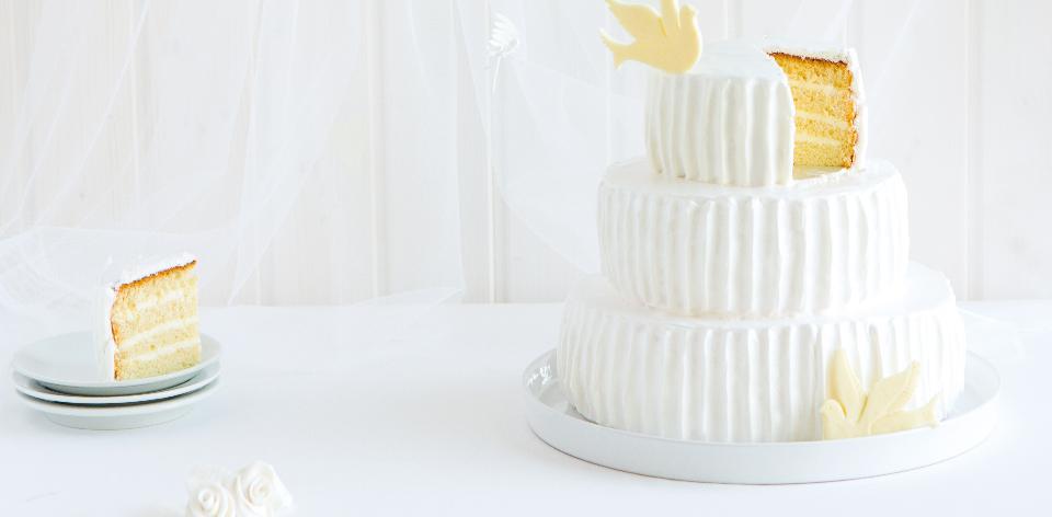 Sněhobílý třípatrový dort