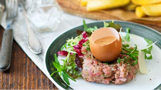 Tatarák s bramborovými hranolky a salátem