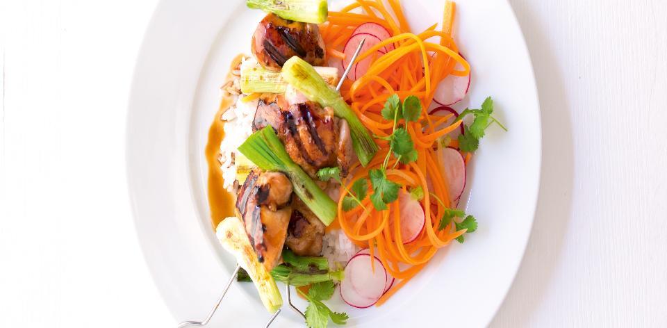 Asijský kuřecí špíz s rýží a salátem