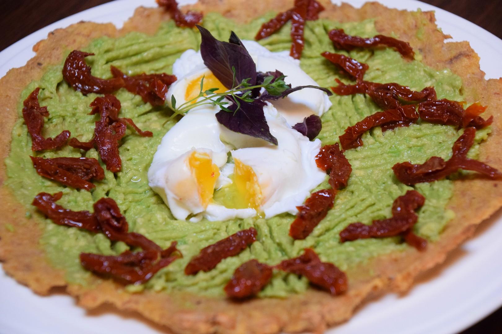 Tuňákovo  avokádová pizza se ztraceným vejcem recept ...
