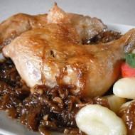 Pečená kuřecí stehna s cibulovo-pivní omáčkou recept