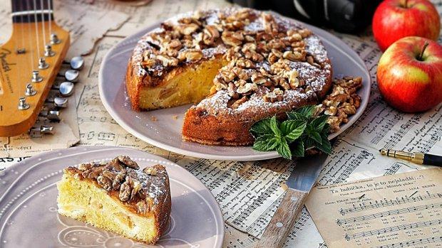 Jablečný koláč s ořechy
