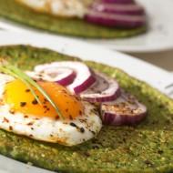 Špenátová palačinka s vejcem a cibulkou recept