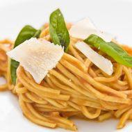 Tagliolini s domácí rajčatovou omáčkou, bazalkou a parmezánem ...