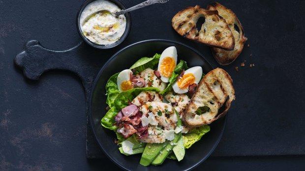Salát Caesar s vejci a avokádem