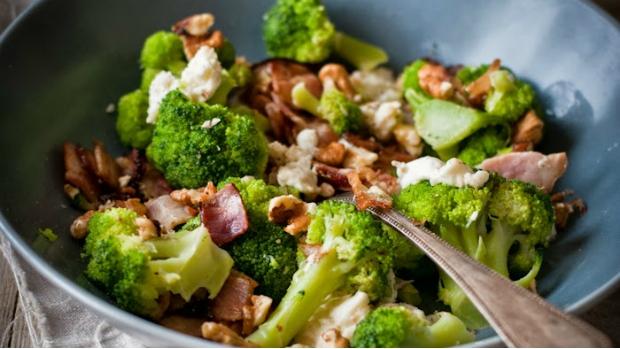 Brokolice se slaninou, mozzarellou a ořechy