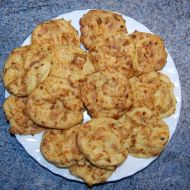 Pečené placky se sýrem a cibulí recept