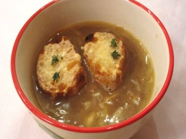 Francouzská polévka /cibulačka/