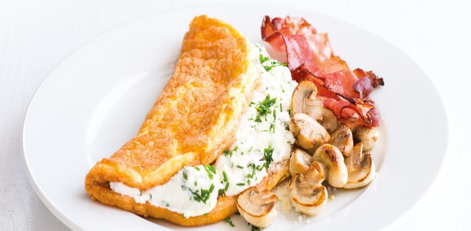 Vaječná omeleta s tvarohem, žampiony a slaninou