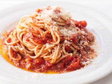 Špagety s rajčatovou omáčkou a křupavou slaninou
