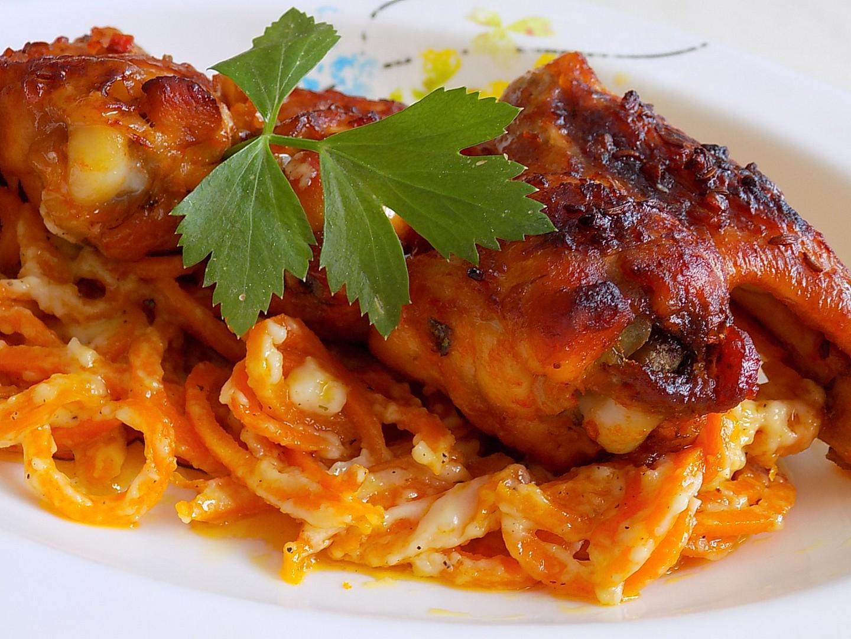 Pikantní kuřecí křídla s mrkvovými špagetami a brynzou recept ...