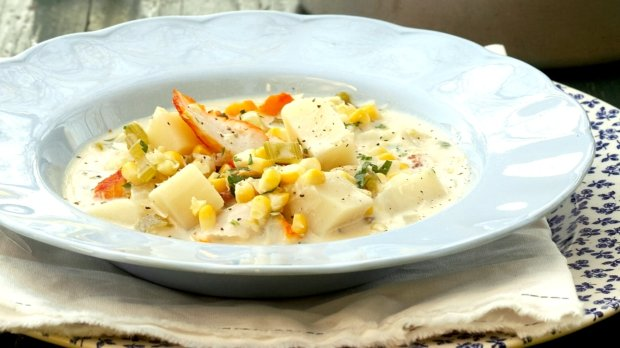 Pikantní polévka s krevetami a kukuřicí