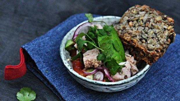 Salát z avokáda s tuňákem a rajčaty