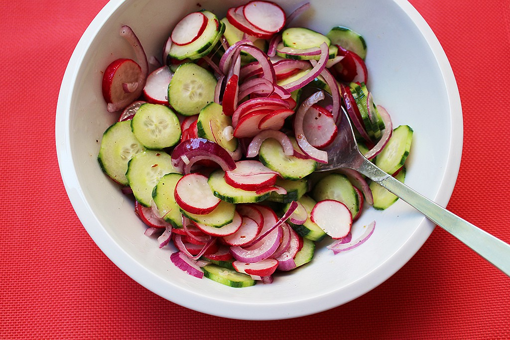 Ředkvičkový salát s okurkou a červenou cibulí recept