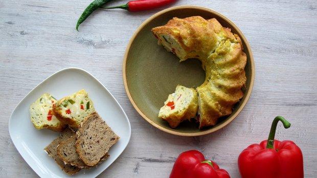 Vaječná snídaňová bábovka s paprikou a sýrem