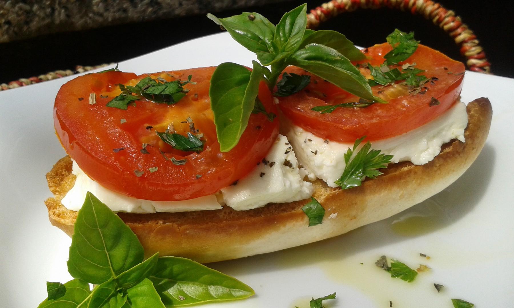 Křupavá bageta s teplými rajčaty a Fetou recept