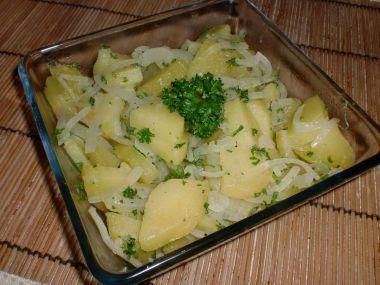 Teplý bramborovo  cibulový salát