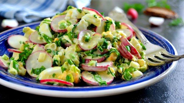 Vajíčkový salát s ředkvičkami a medvědím česnekem