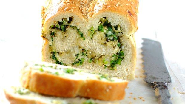 Chléb se sýrem a bylinkami