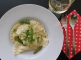 Ravioli plněné lososem s chřestem a koriandrem recept ...