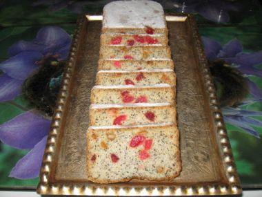 Pestrofarebný chlebík s makom a ovocím