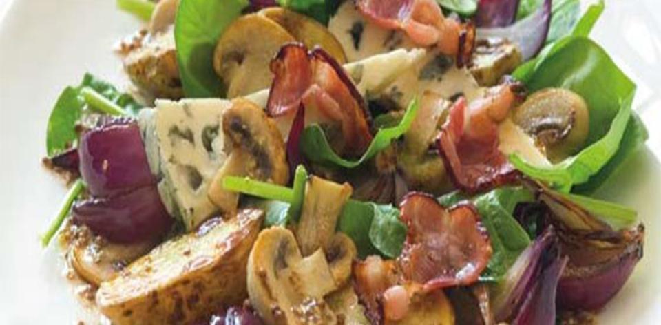 Salát s teplými brambory a špenátem