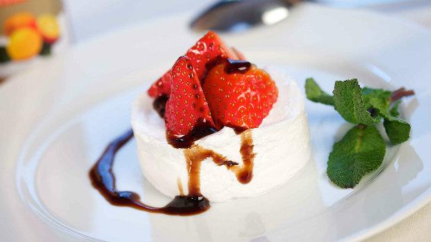 Jahody s jogurtovým moussem a dvojím balzamikem