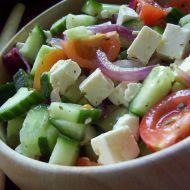 Pestrý salát s cibulí a sýrem recept