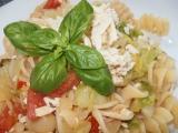 Mladé zelíčko s rajčaty, tofu a vrtulemi recept