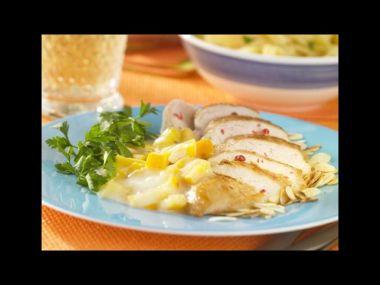 Kuřecí prsa s broskví a sýrem, brambory, zeleninová obloha ...