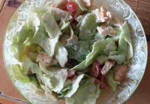 Zeleninový salát s kuřecím masem, krutony a česnekovou zálivkou ...