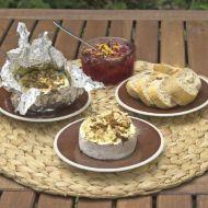 Grilovaný hermelín s hořčicí, ořechy a brusinkami recept