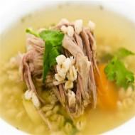 Kroupová polévka s konfitovaným vepřovým kolínkem recept ...