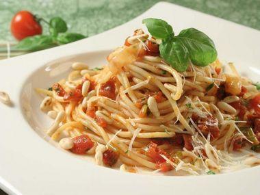 Špagety s rajčaty a olivami