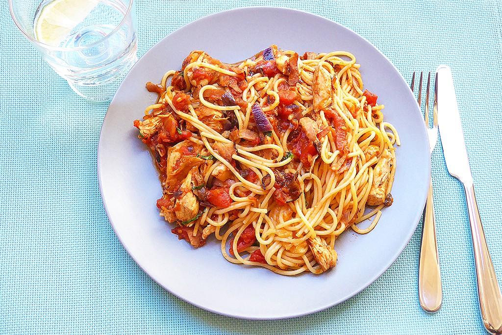 Špagety s rajčaty a kuřecím masem recept