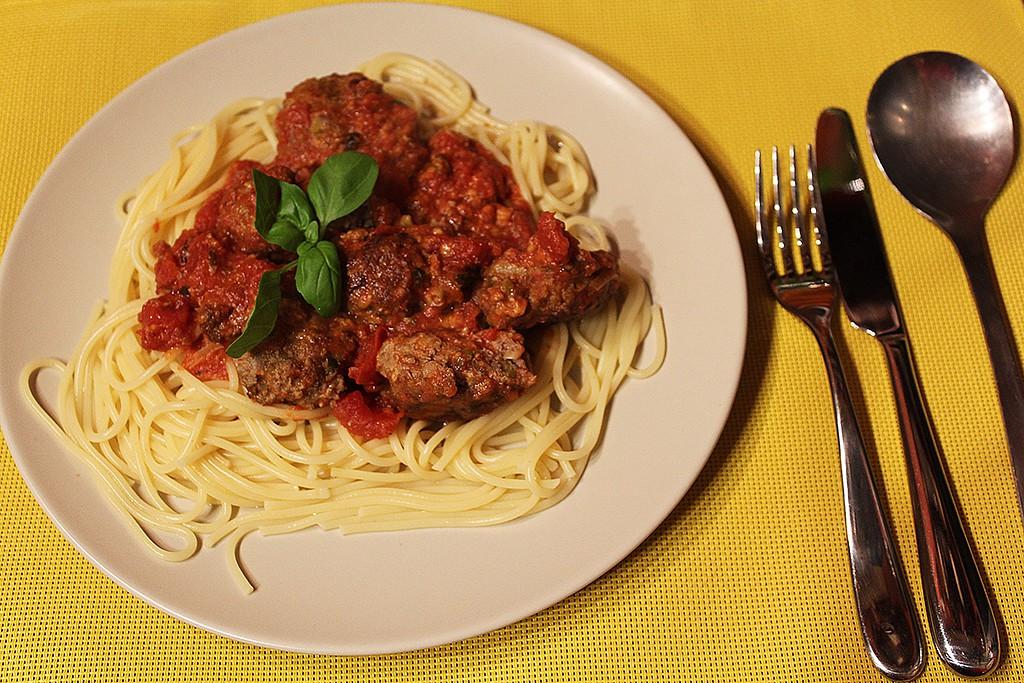 Masové placičky se sýrem, rajčaty a špagetami recept