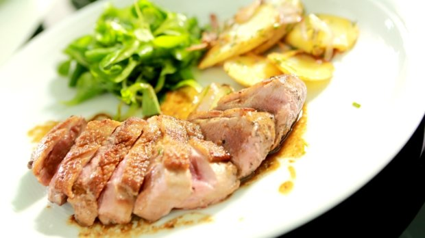 Kachní prsa s balzamikovým octem a lyonskými bramborami | Prima ...