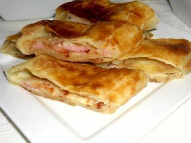 Závin z listového těsta s anglickou slaninou a sýrem