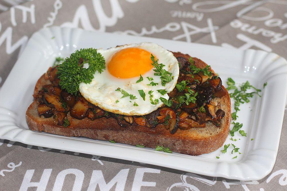 Topinky s houbami a volským okem recept