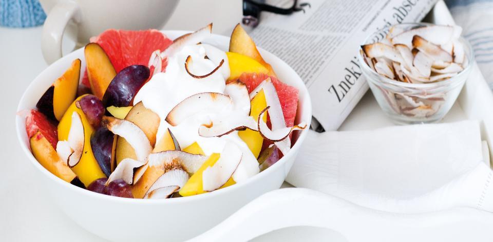 Ovocný salát s jogurtem a opraženým kokosem