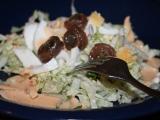 Křehký zelný salát s vejci a sardelovými očky recept