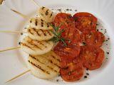 Cibule s rajčaty na grilovací pánvi, s česnekovo- rozmarýnovým ...