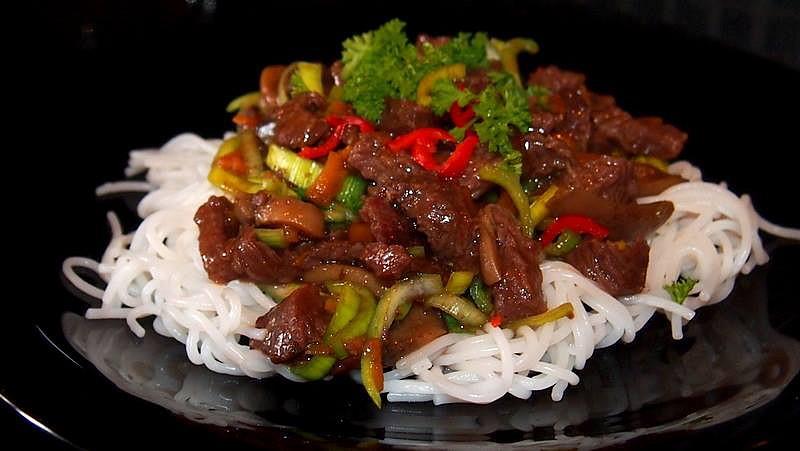 Hovězí nudličky s rýžovými nudlemi recept