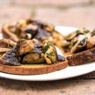 Restované hříbky s bylinkami a česnekem na topince recept  Vareni ...
