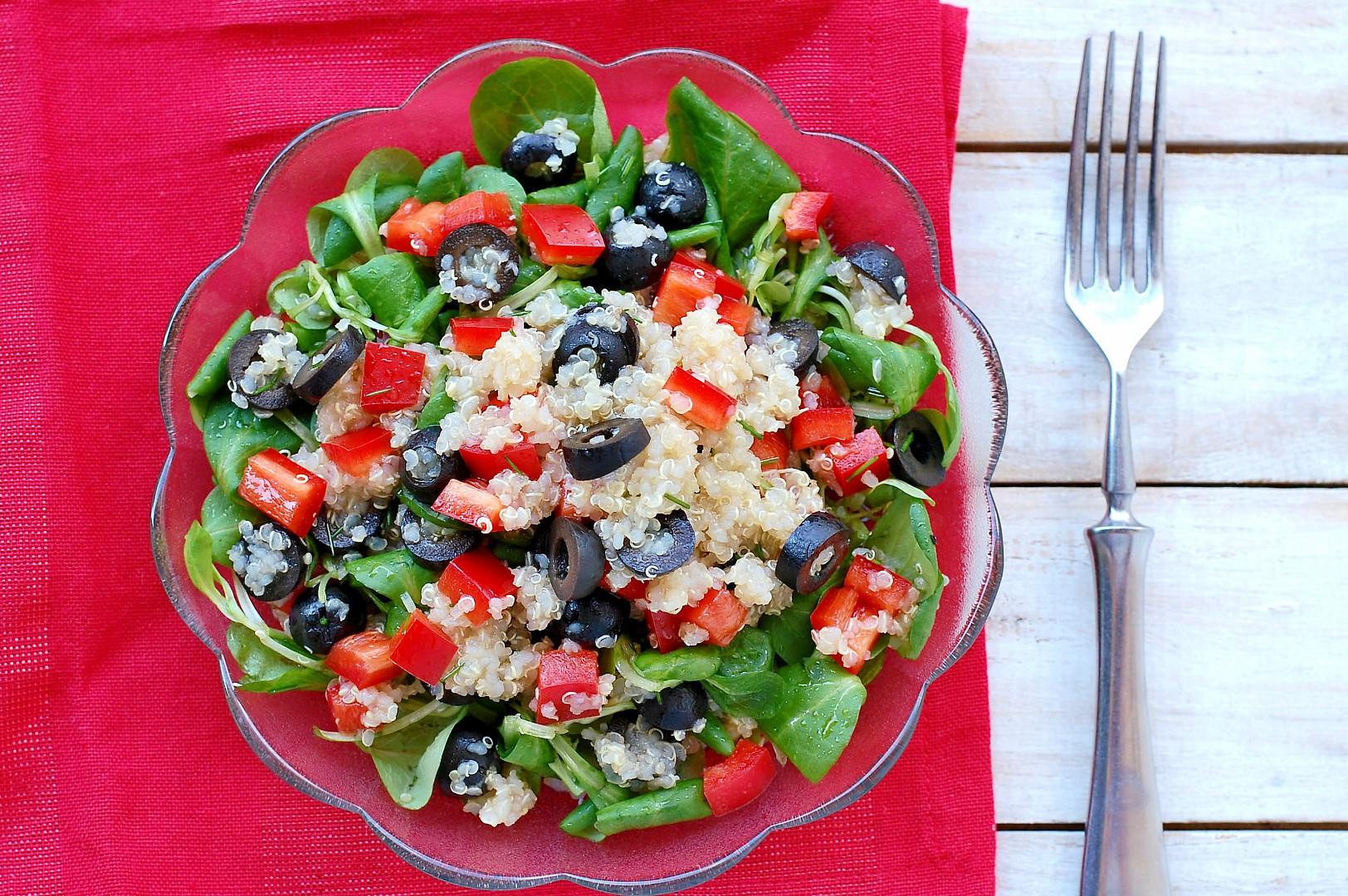 Zeleninový salát s quinoou a olivami recept