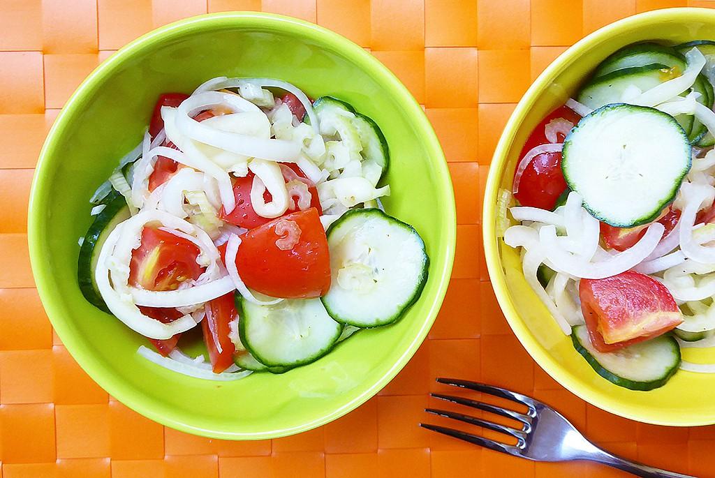Rajčatový salát s okurkou a paprikou recept