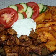 Gyros maso s kořeněnými bramborami a domácím dresinkem recept ...